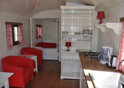 Roulotte-interieur-glamping-ardenne