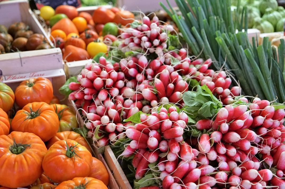 Marktent en streekproducten in de belgische Ardennen