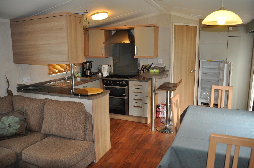 tweedehands stacaravan met 3 slaapkamers en 2 badkamers salon keuken