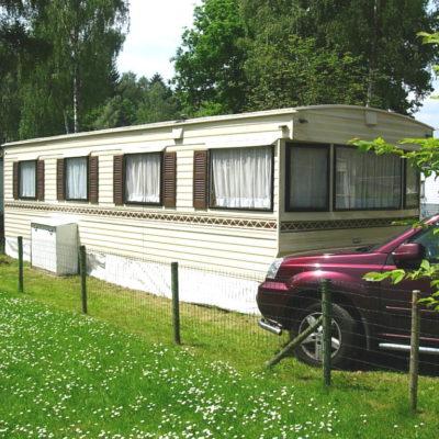 Caravane sur terrain de camping dans les Ardennes belges