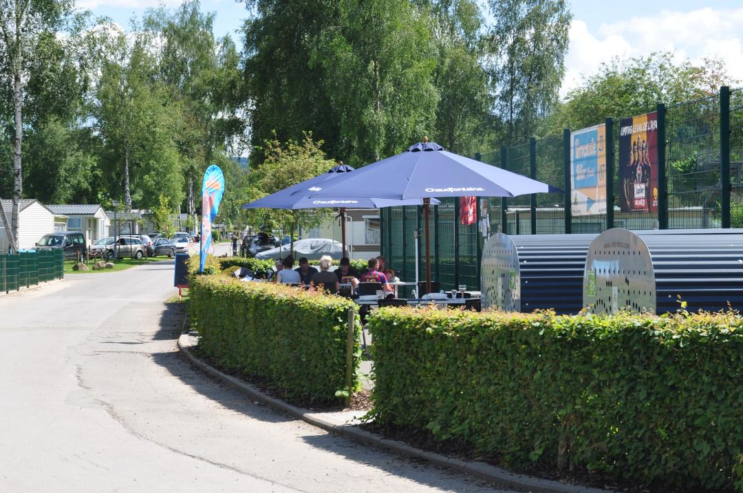 Brasserie et restaurant avec terrasse extérieure ensoleillée